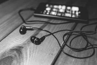 desk-music-headphones-earphones